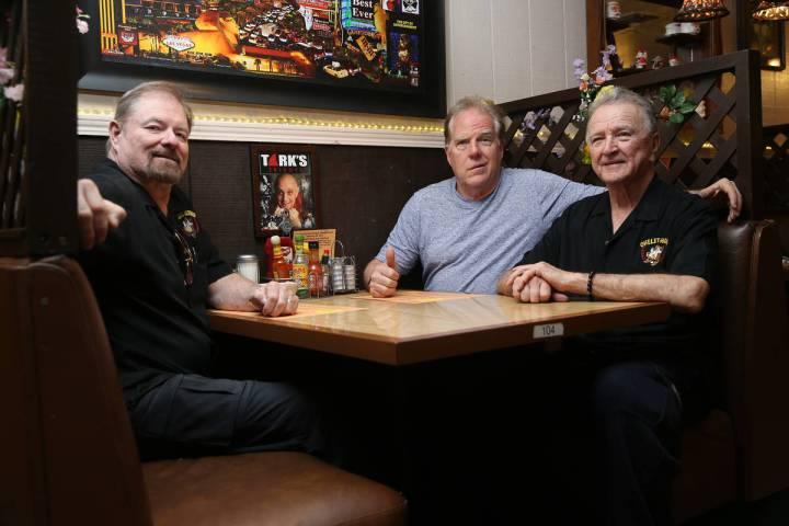 Kevin Mills de Omelet House, centro, con los socios Fred Ostertag, izquierda, y Michael McGowan ...