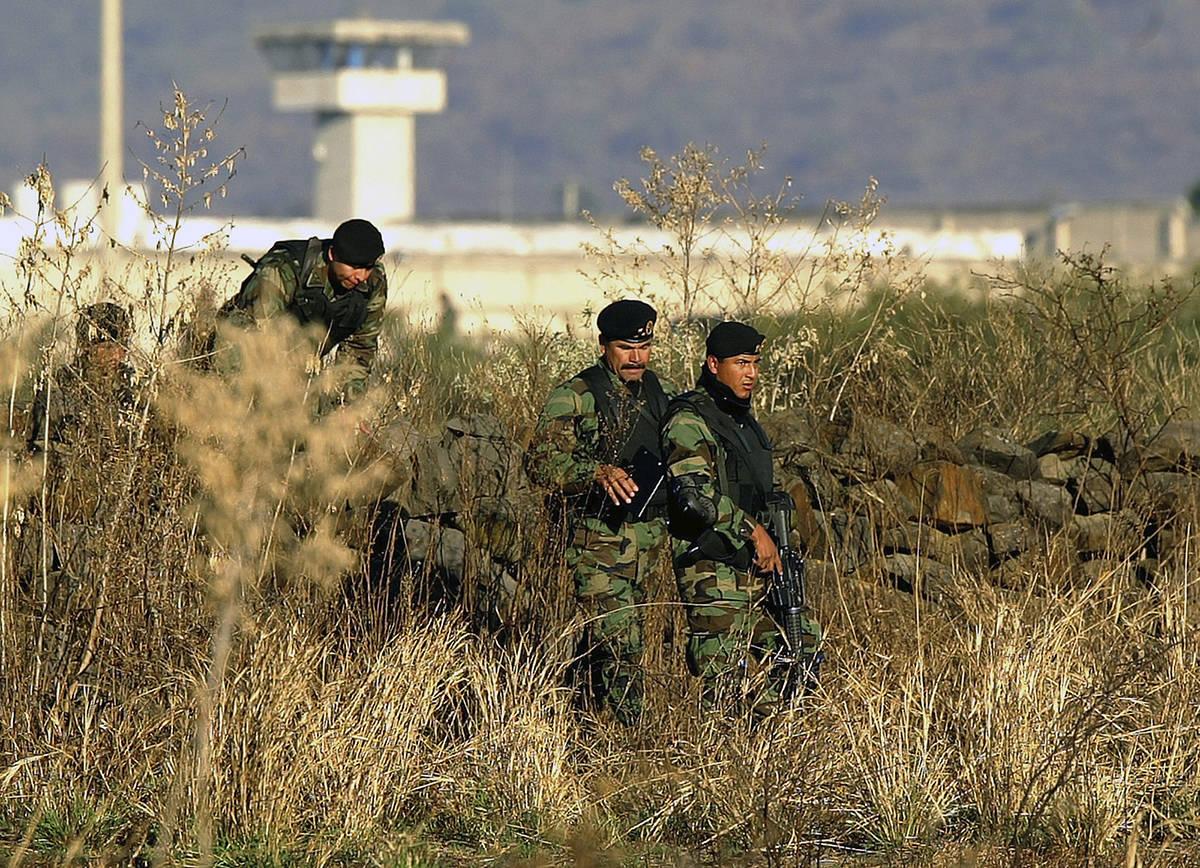 En esta fotografía de archivo del 28 de enero de 2005, soldados del ejército mexicano inspecc ...