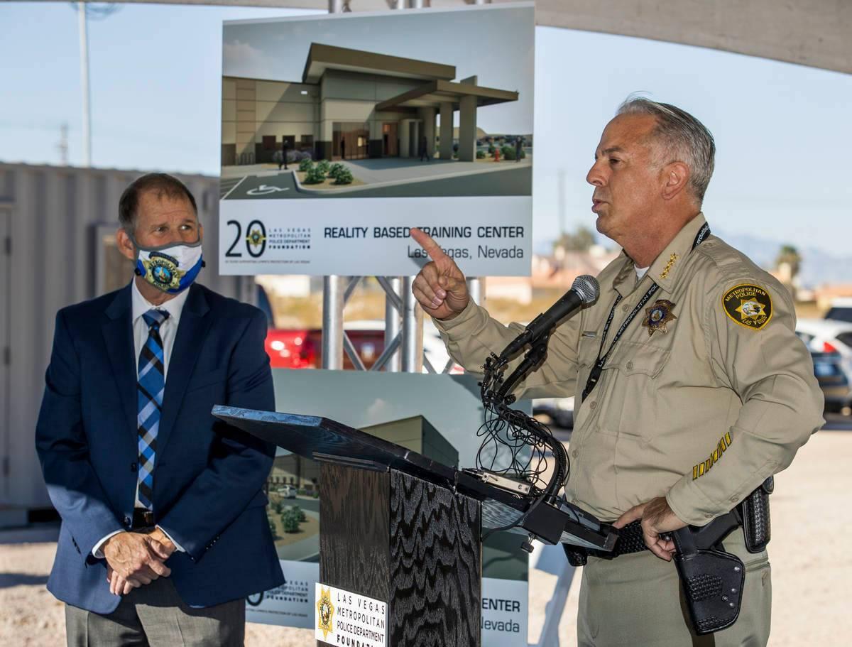 Alguacil Joseph Lombardo, a la derecha, agradece a Greg Korte de The Korte Company por su exper ...
