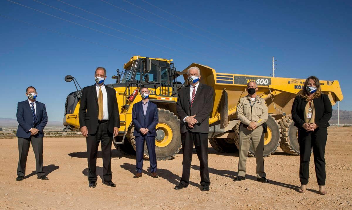 (De izquierda a derecha) Greg Korte de The Korte Company; el alcalde de North Las Vegas, John L ...