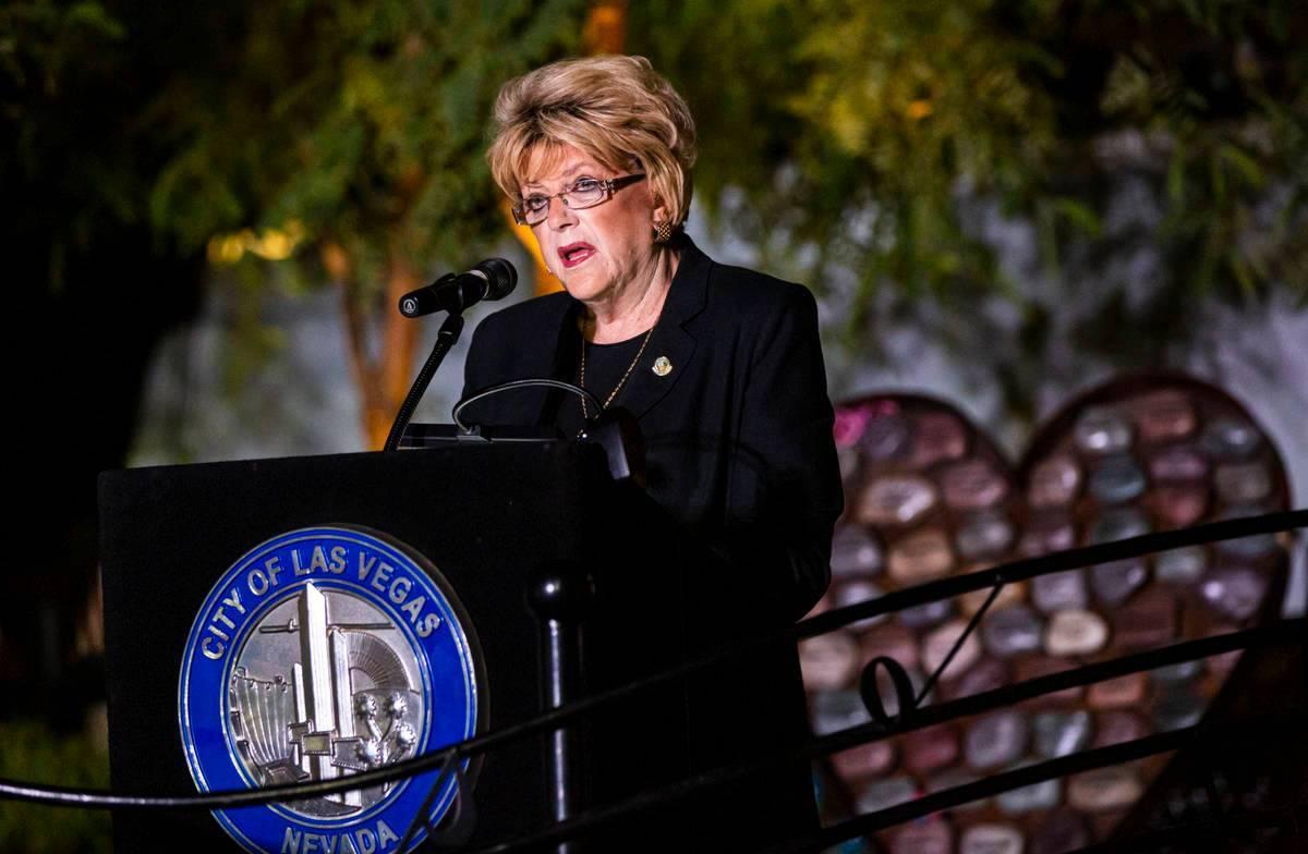 La alcaldesa de Las Vegas, Carolyn Goodman, habla antes de leer los nombres de las víctimas as ...