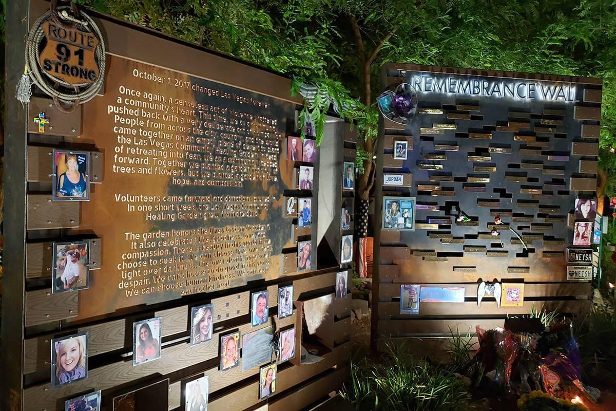La exhibición en el Jardín de Curación Comunitaria el jueves 1 de octubre de 2020, antes de ...
