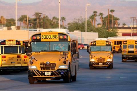 En esta foto de archivo, conductores se dirigen al patio de autobuses de Arville del Distrito E ...