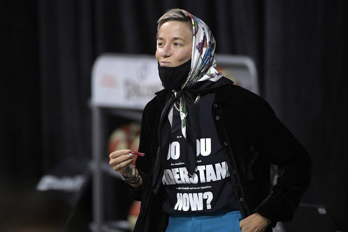 Megan Rapinoe observa la primera mitad del Juego 2 de las finales de la WNBA el domingo, 4 de o ...