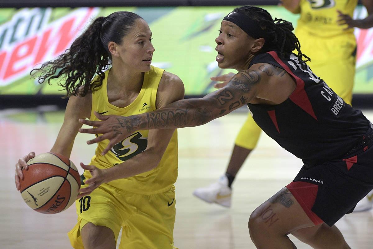 Emma Cannon (32) de Las Vegas, defiende contra Sue Bird (10) de Seattle durante la segunda mita ...