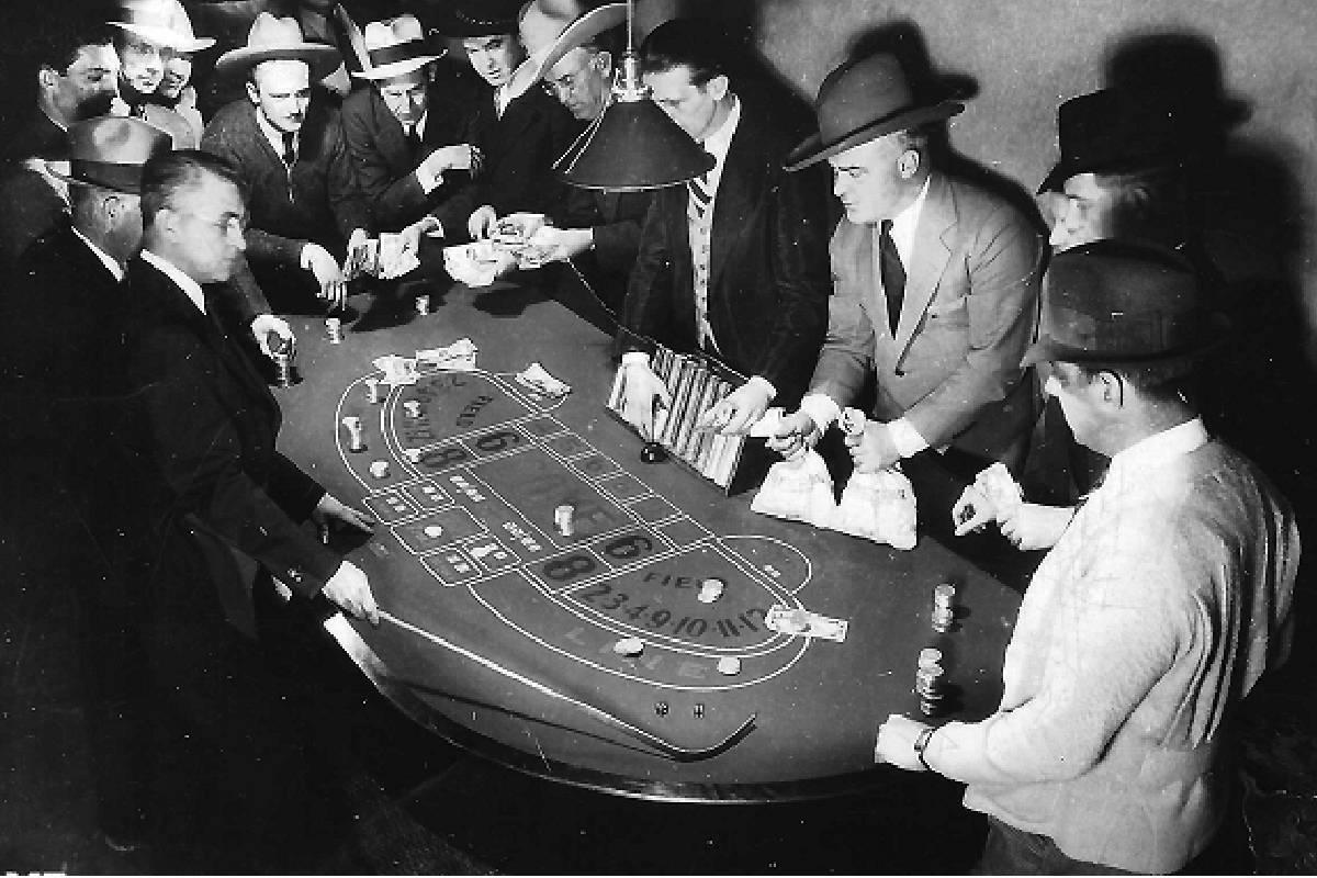 Un juego de dados en el Hotel Apache poco después de que abrió. (Cortesía, Robert Stoldal Co ...