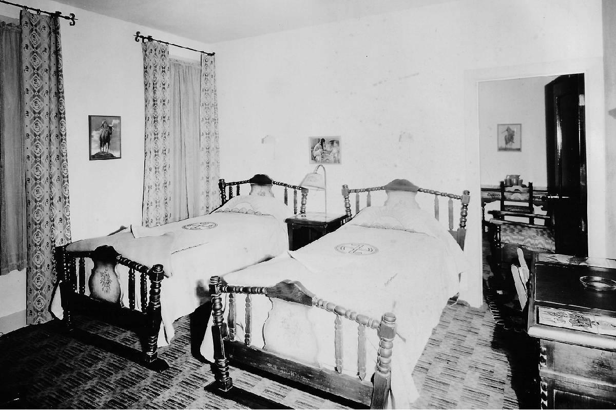 Una habitación del Hotel Apache en 1932. (Cortesía, Robert Stoldal Collection.)