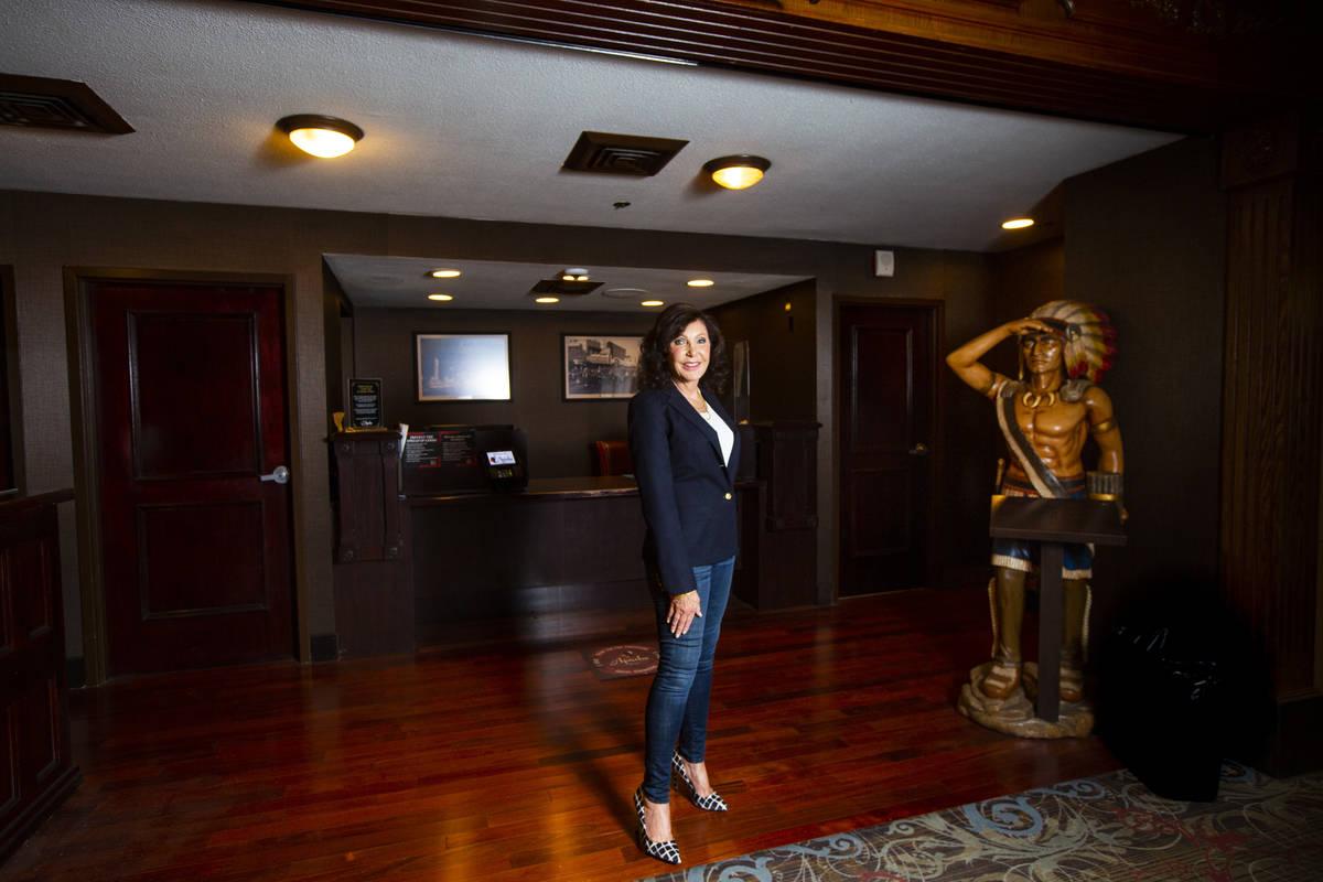 Gina Silvagni Perry, la nieta de P.O. Silvagni, que abrió el Hotel Apache en 1932, se encuentr ...