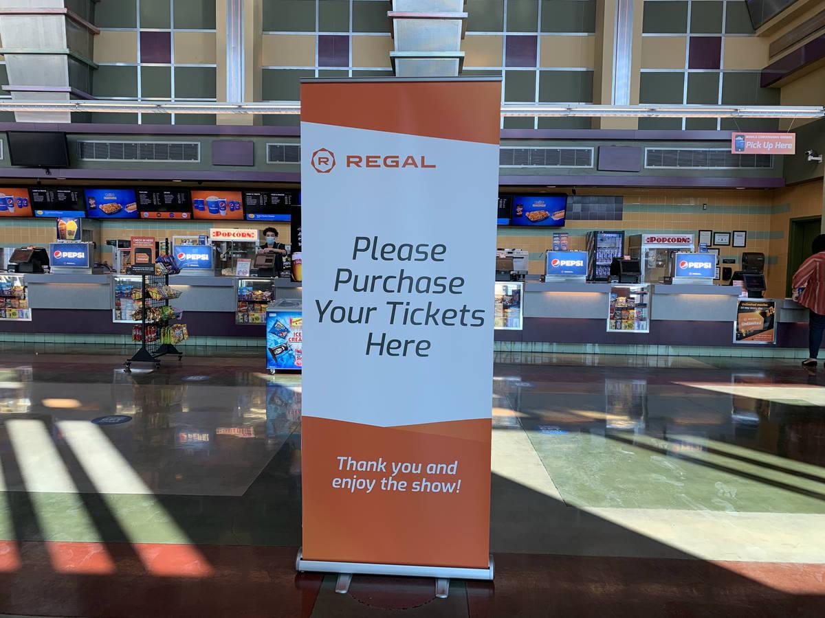 Un letrero de compra de boletos en el puesto de concesión en Regal Colonnade, en Las Vegas el ...