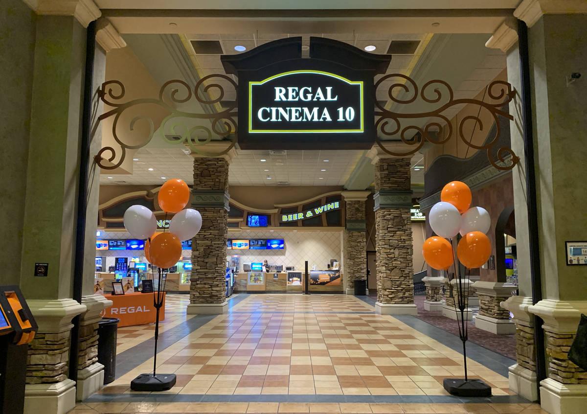 El vestíbulo de Regal Cinema 10 ubicado en Green Valley Ranch en Henderson el domingo, 4 de oc ...