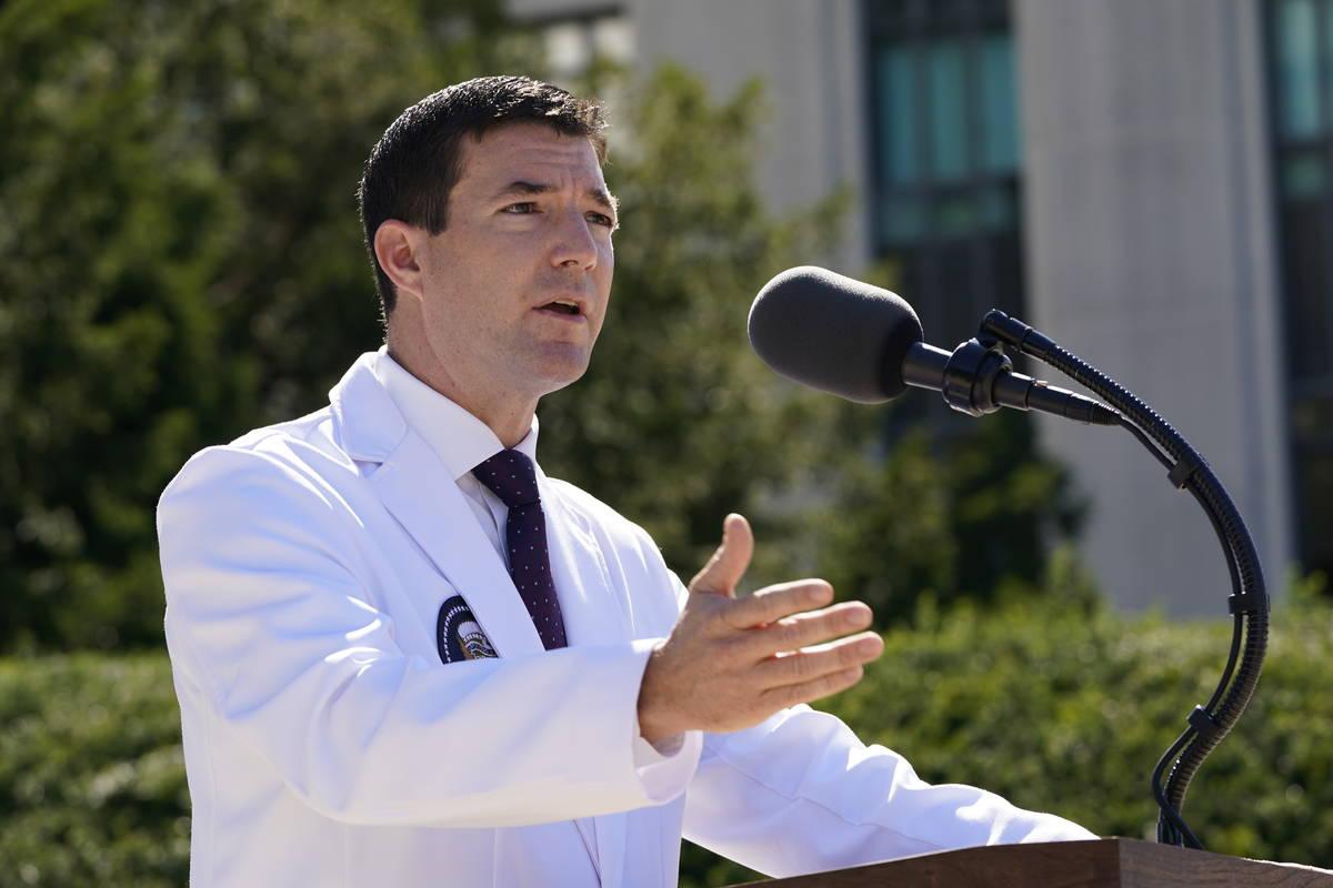 El doctor Sean Conley, médico del presidente Donald Trump, informa a los periodistas en el Wal ...