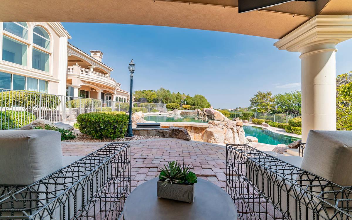 El patio. (Luxurious Real Estate)