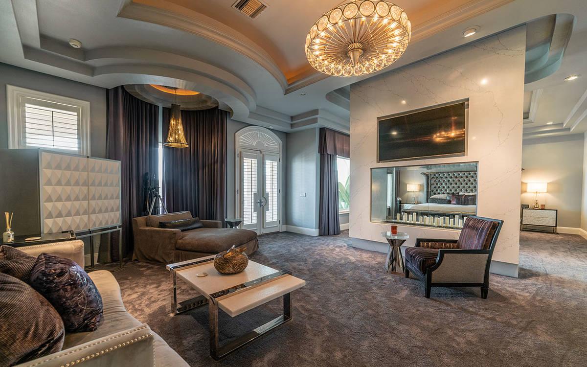 La sala de estar. (Luxurious Real Estate)