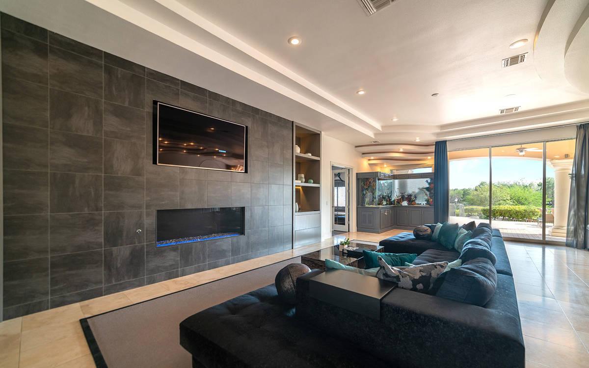 La sala. (Luxurious Real Estate)