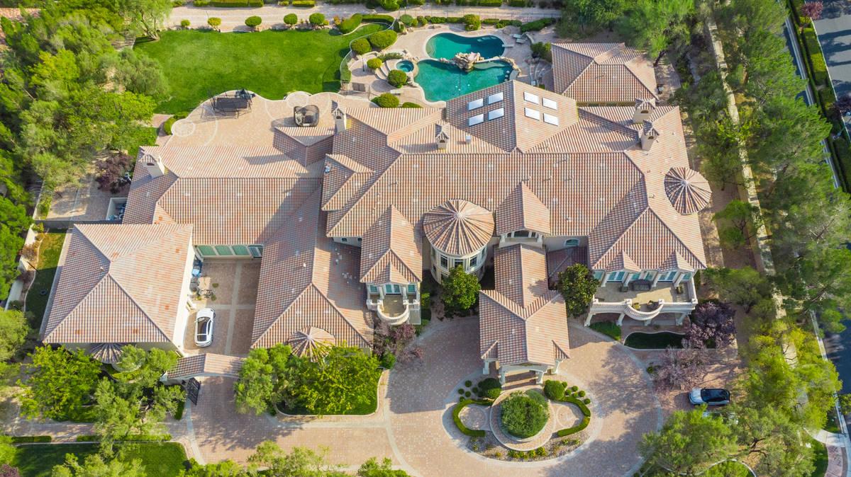 El jugador de baloncesto DeMarcus Cousins ha puesto su mega-mansión de Queensridge en el merca ...