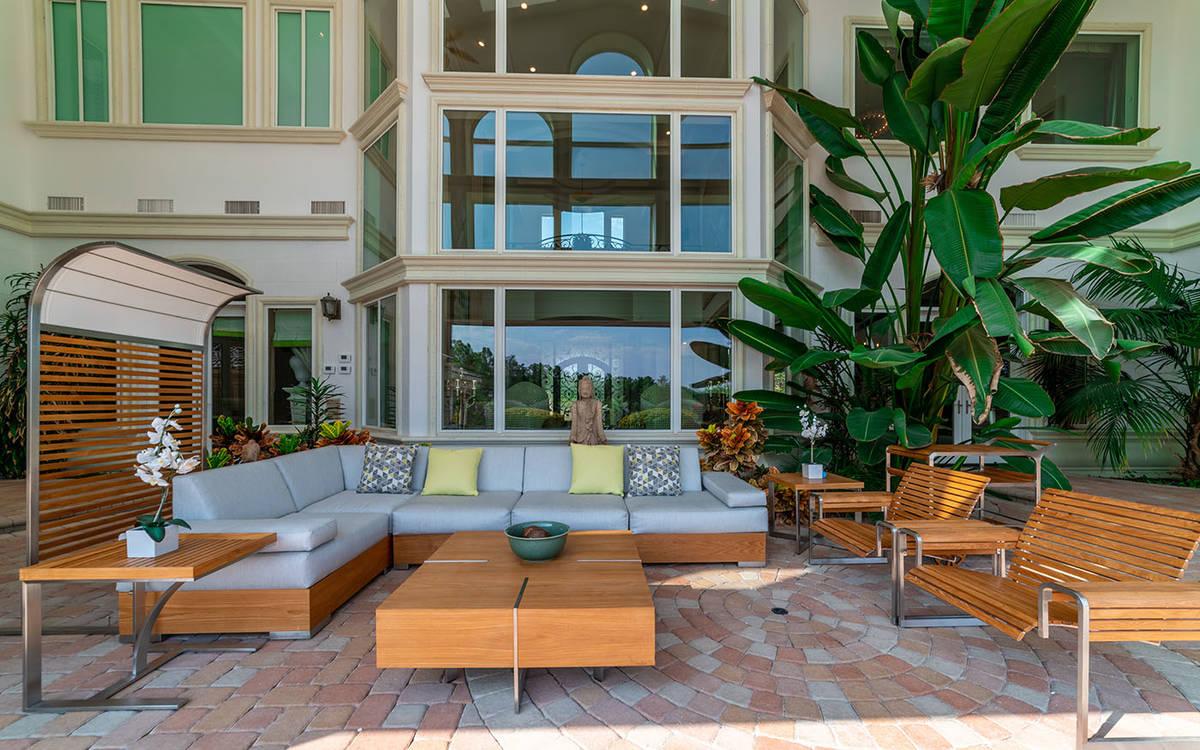 La mansión de 20 mil pies cuadrados en Queensridge tiene una piscina y un spa en el patio tras ...