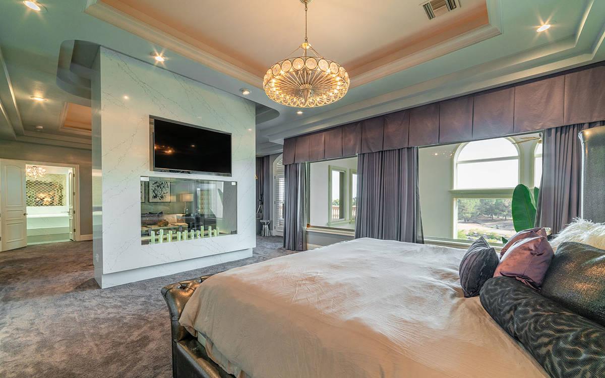 El piso de arriba tiene dos suites principales. La principal tiene una sala de estar separada c ...