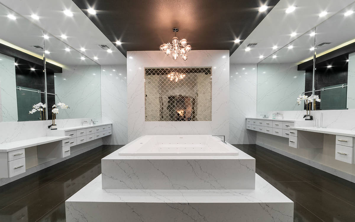 El baño de la suite principal fue sometido a una extensa renovación y ahora tiene acabados de ...