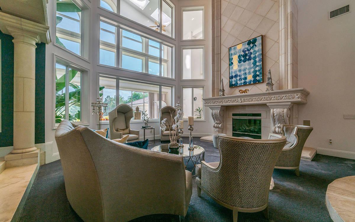 La casa tiene techos de 30 pies que permiten la entrada de luz natural. También tiene varias c ...