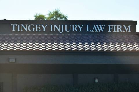 Oficina de Tingey Injury Law Firm, ubicada en 2001 W Charleston Blvd, Las Vegas, NV 89102. Lune ...