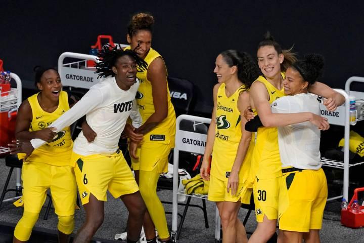 Seattle Storm celebra tras vencer a las Aces de Las Vegas para ganar el campeonato de la WNBA e ...
