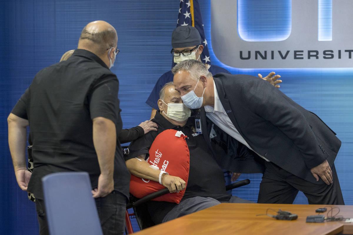 El director del University Medical Center, Mason Van Houweling, a la derecha, abraza a Pablo Be ...