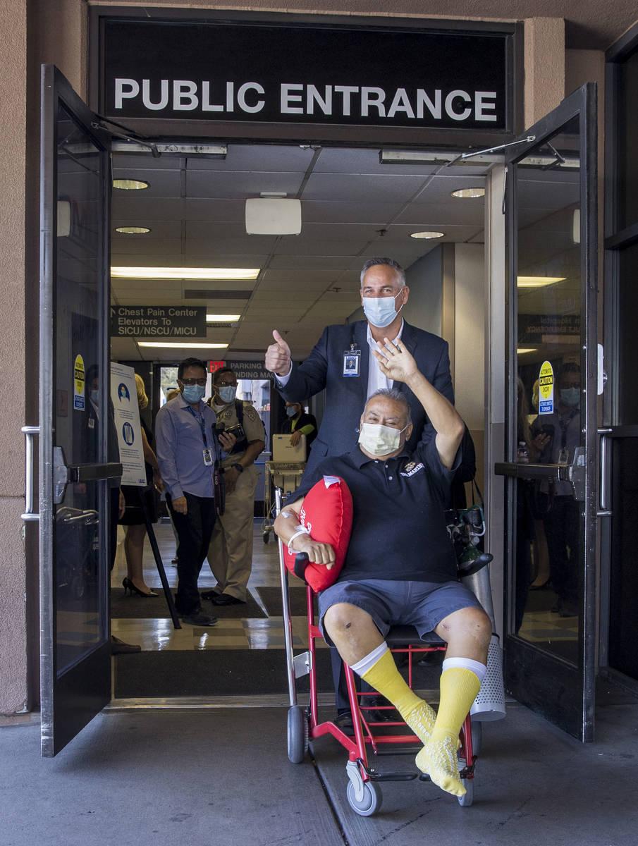 El director del University Medical Center, Mason Van Houweling, de pie, empuja la silla de rued ...