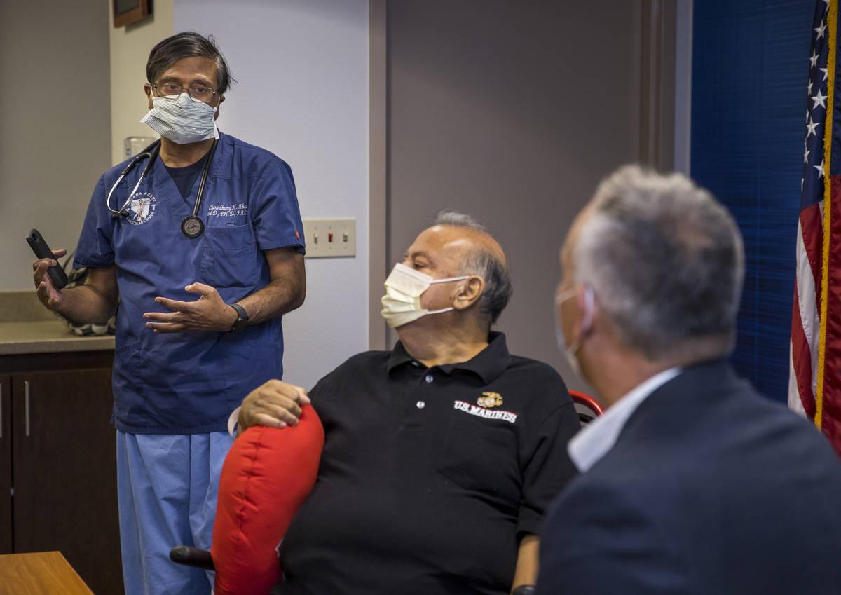 (Desde la izquierda) El doctor Chowdhury Ahsan habla sobre el paciente Pablo Bernabé con el di ...