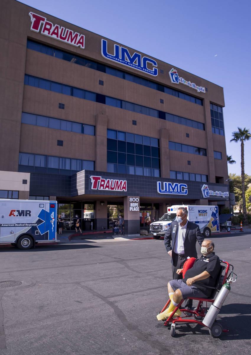 El director ejecutivo del University Medical Center, Mason Van Houweling, de pie, espera con el ...