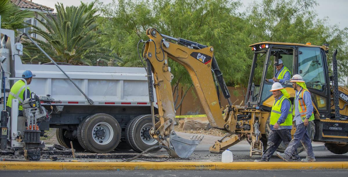 Trabajadores de Las Vegas Valley Water District reparan una tubería averiada que dañó vehíc ...