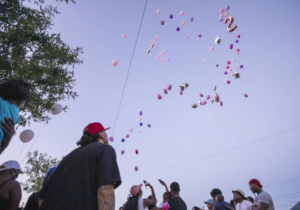 Familia y amigos lanzan globos en memoria de Sayah Deal, de un año y nueve meses de edad, en l ...