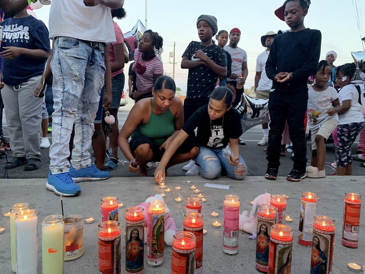 Familia y amigos lloran la muerte de Sayah Deal, de un año y nueve meses de edad, en las afuer ...