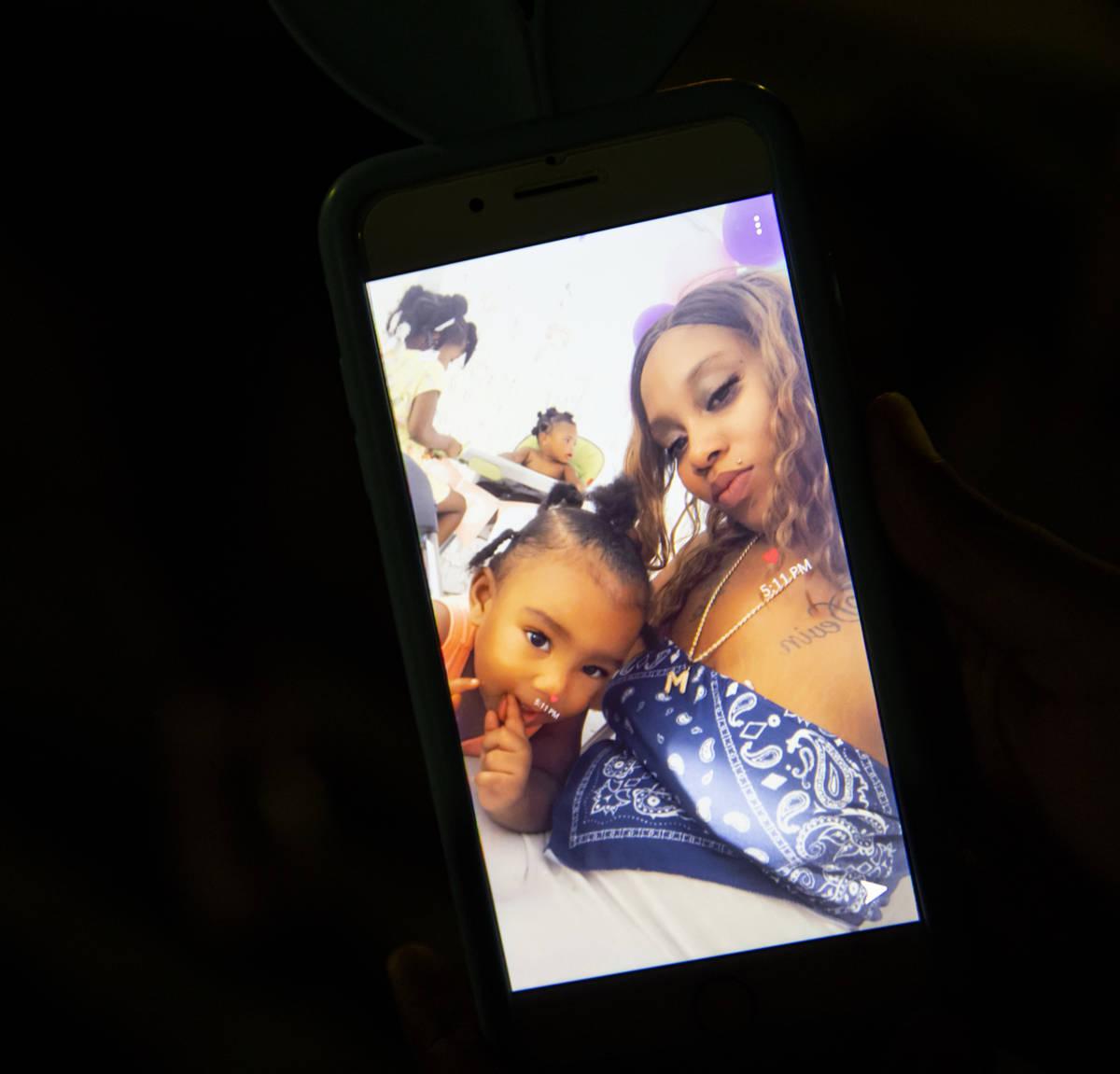 Mariah Coleman aparece en una foto con su hija, Sayah Deal de un año, en Las Vegas el martes, ...