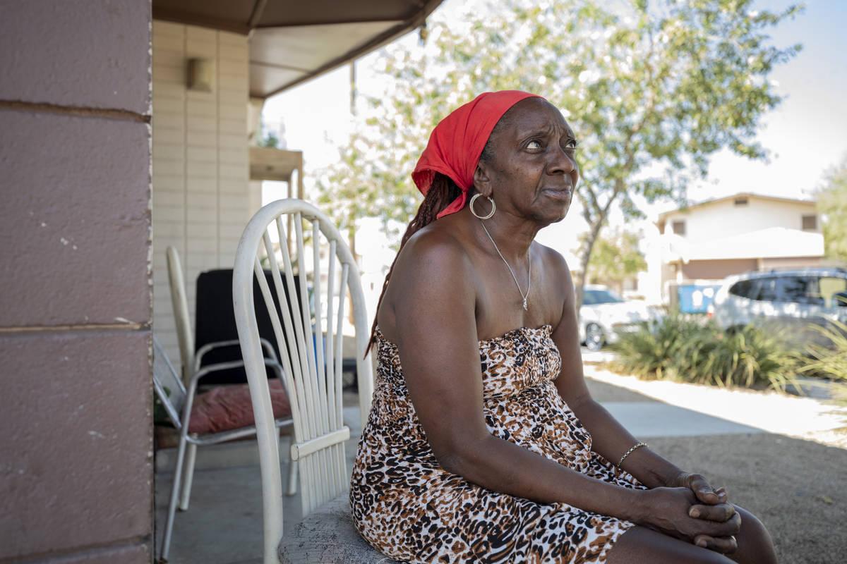 Shellie Ratliff, de 64, se sienta en su porche el 6 de octubre de 2020, donde presenció la esc ...