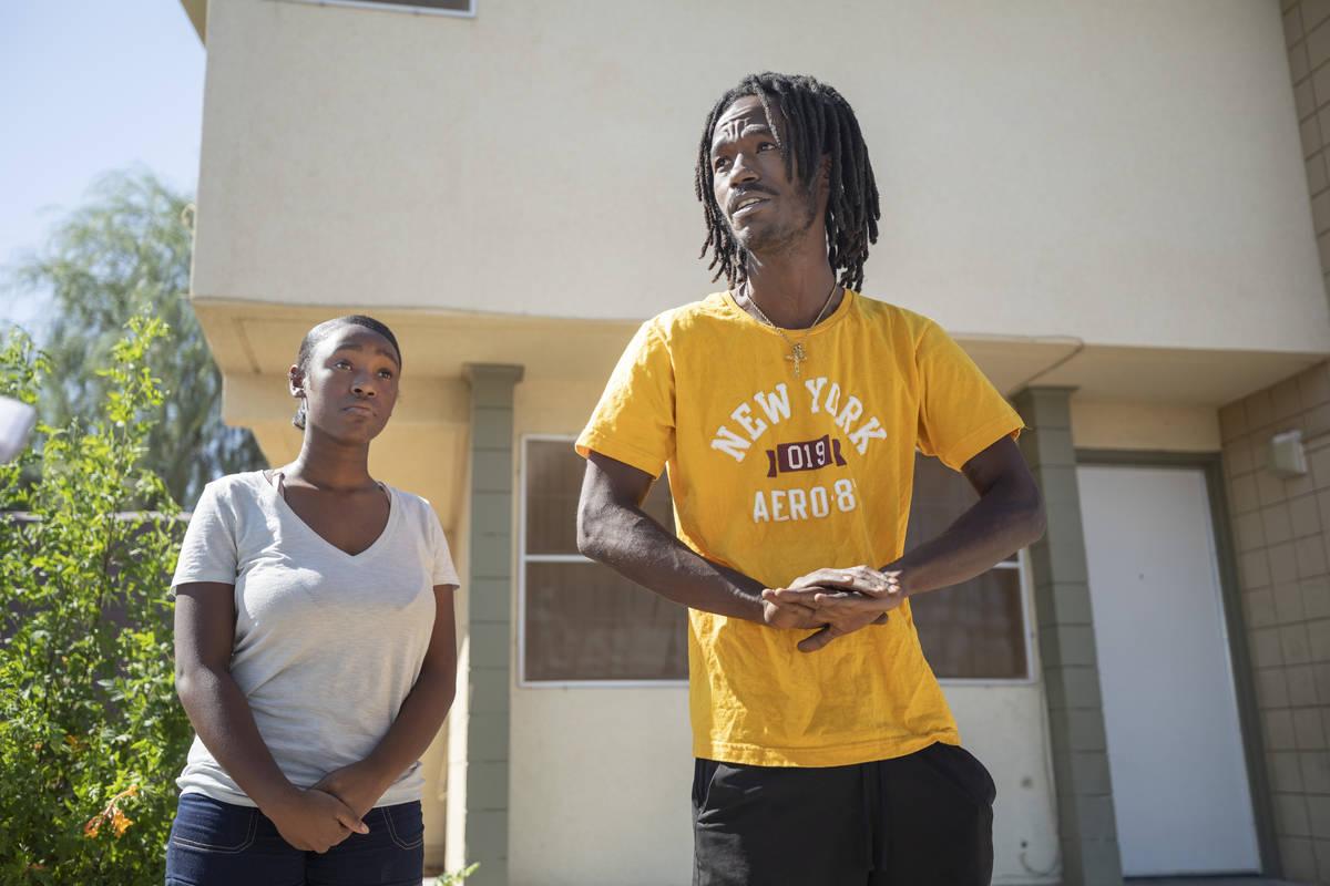 Alaijzha Shields, de 14 años, izquierda, y Darius Jones, 26, fuera de su casa el 6 de octubre ...