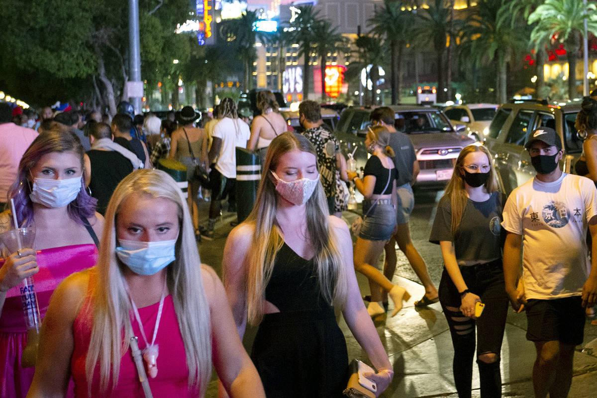 Una multitud cruza Bellagio Drive durante el fin de semana del Día del Trabajo el sábado, 5 d ...
