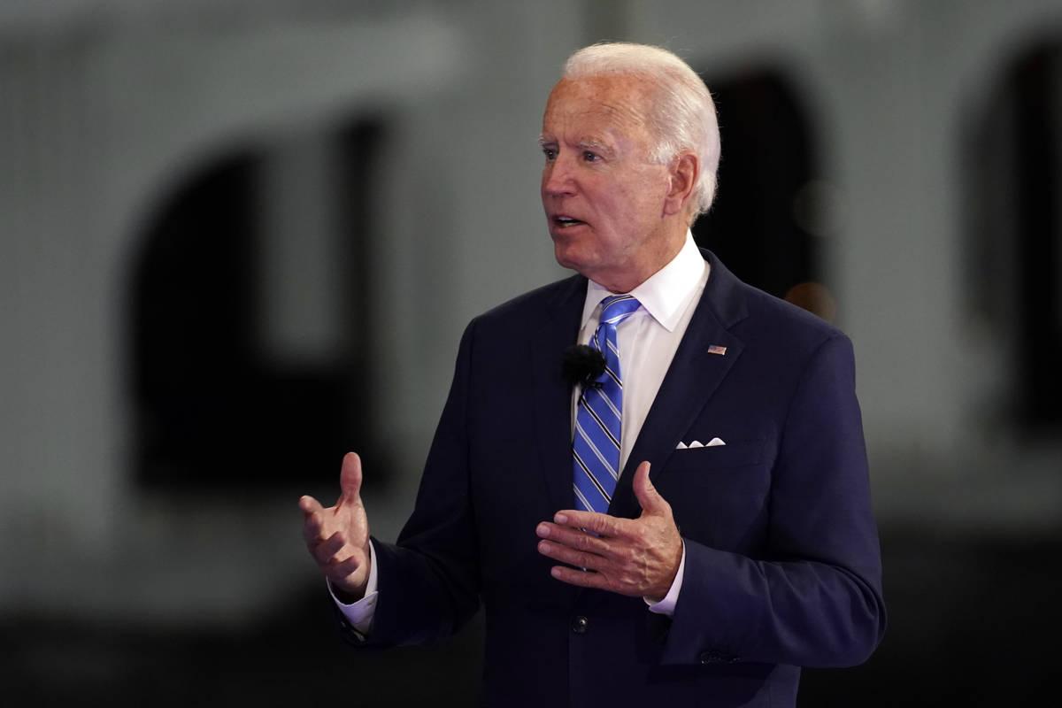 El candidato presidencial demócrata, el ex vicepresidente Joe Biden, habla en el Town Hall de ...