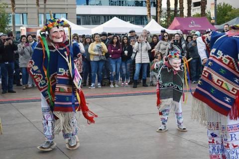 En esta foto de archivo, la Danza de los Viejitos llama la atención del público que acudió a ...