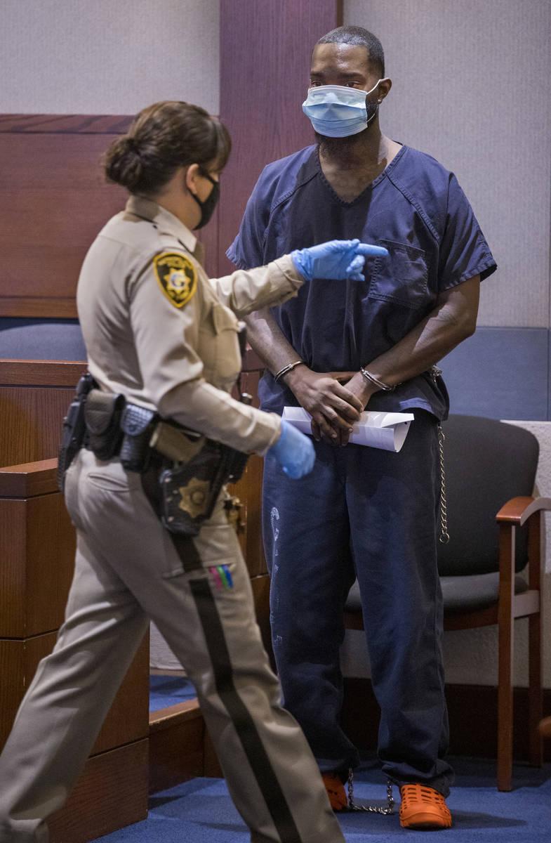 Sidney Deal es instruido a salir de la sala del Centro Regional de Justicia de Las Vegas el jue ...