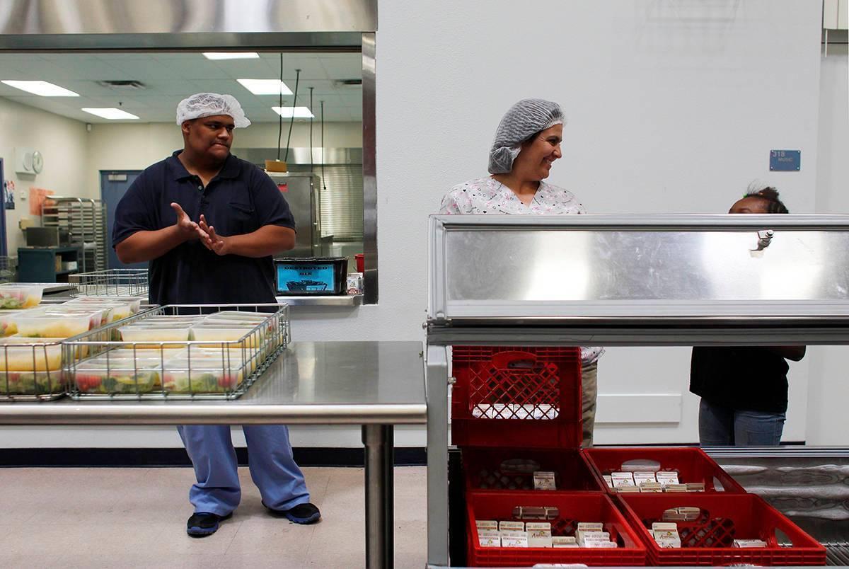 En esta foto de archivo, Ricky Wilson, a la izquierda, y Deena Moore sirven almuerzos en la Esc ...