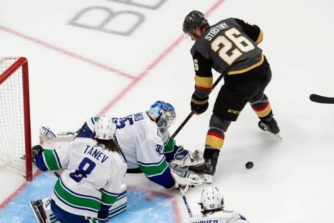 El portero de los Canucks de Vancouver, Thatcher Demko (35), hace una atajada contra Paul Stast ...