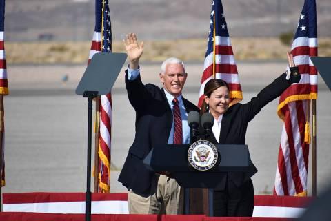 El vicepresidente Mike Pence estuvo acompañado por su esposa, la segunda dama Karen Pence. Jue ...