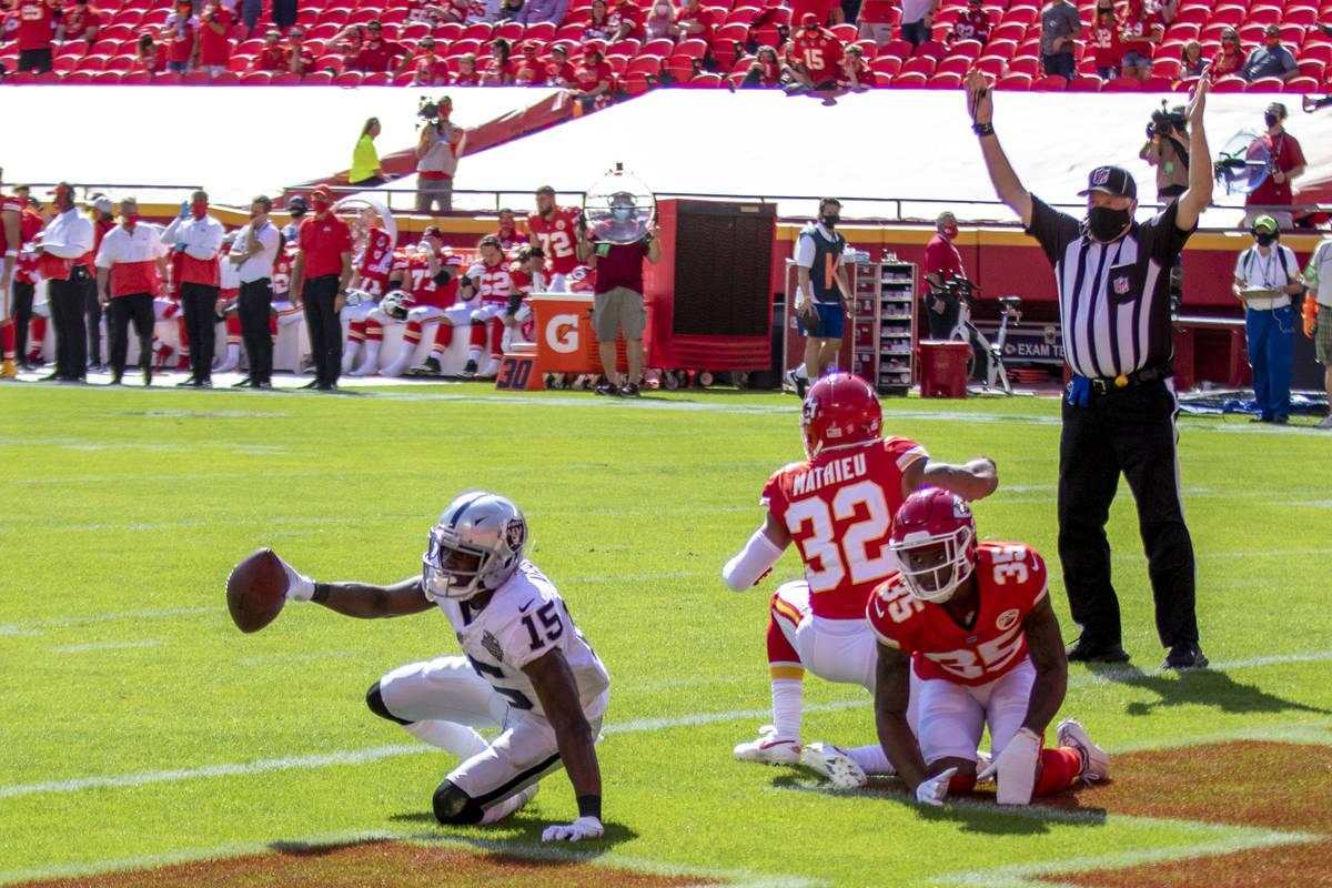 El receptor de los Raiders de Las Vegas, Nelson Agholor (15), anota un touchdown contra los def ...