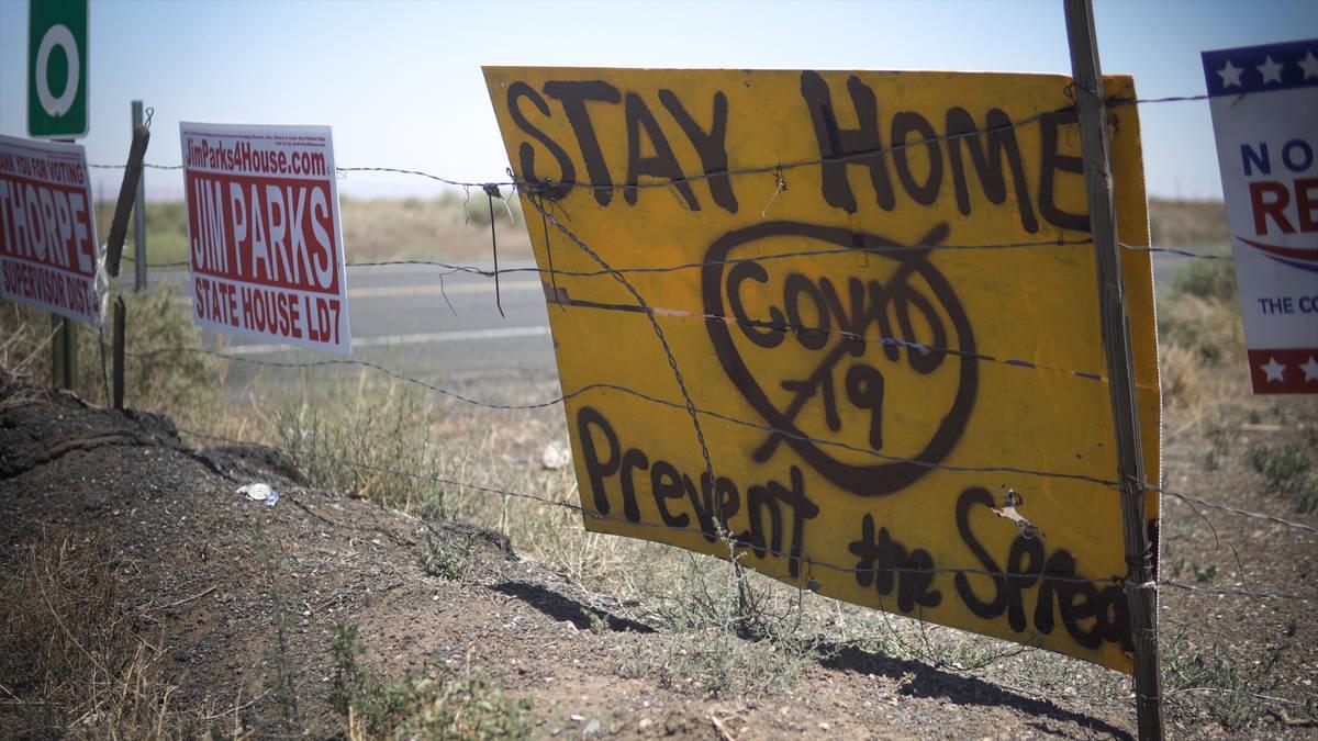 Carteles improvisados pintados con spray a la entrada de la reserva Navajo advierten a los visi ...