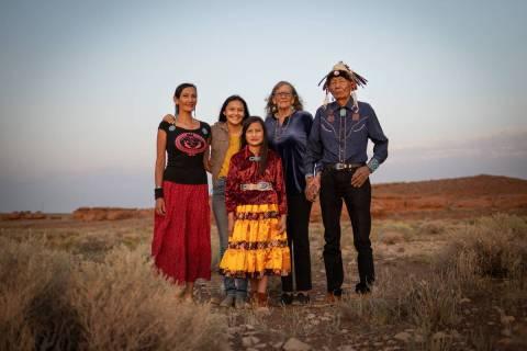 La familia Benally, que practica la medicina tradicional Navajo, posa en la reserva Navajo el 1 ...
