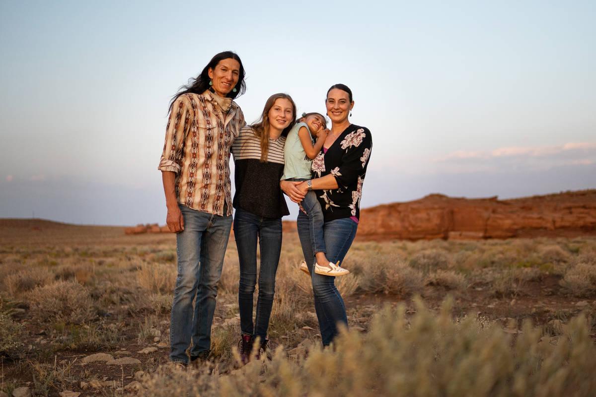 Clayson Benally posa con su familia en la reserva Navajo el 19 de septiembre de 2020. De izquie ...