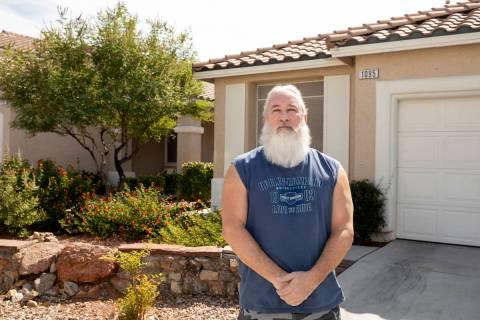 El propietario de Las Vegas, Bob Smith, de 57 años, es fotografiado fuera de su casa de alquil ...