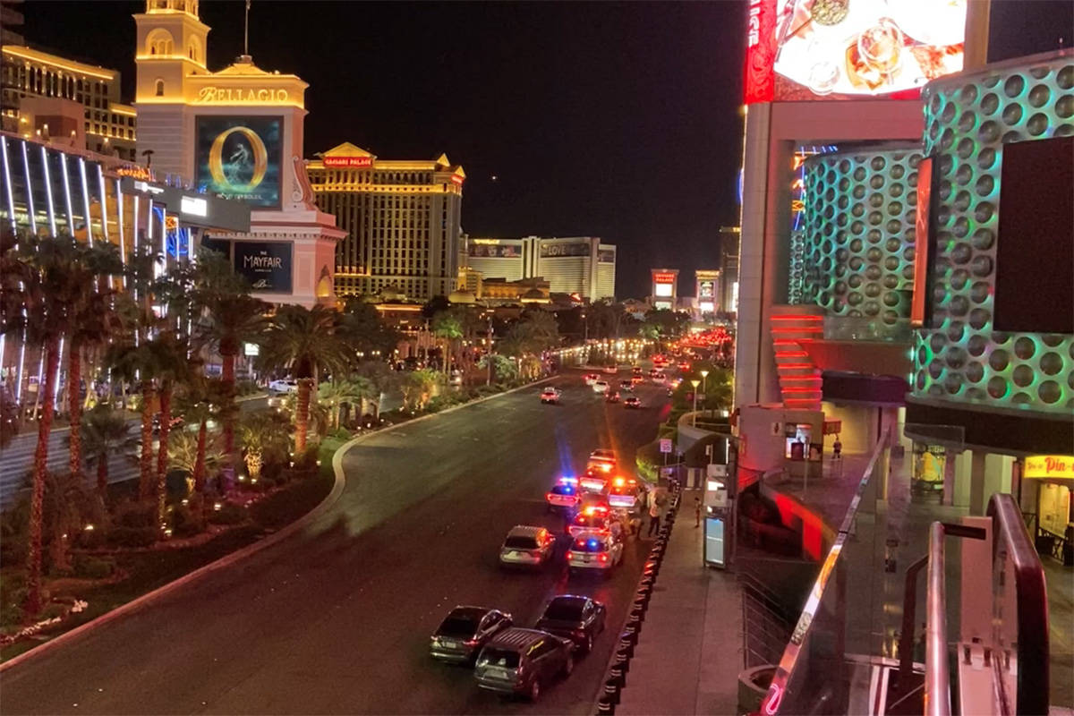 Policías en el Strip donde un hombre fue disparado en Miracle Mile Shops en Las Vegas el domin ...