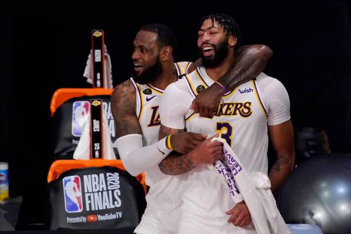 LeBron James (23) y Anthony Davis (3) de los Lakers de Los Ángeles celebran después de que de ...