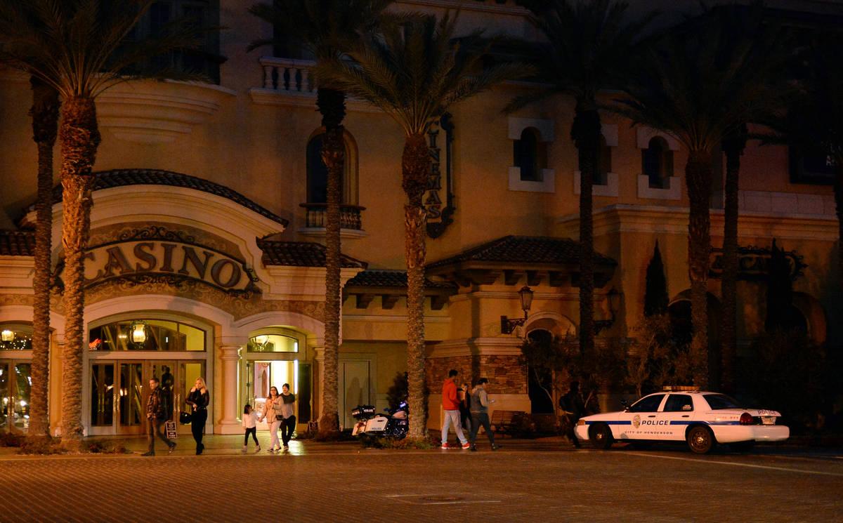Una patrulla de policía se encuentra en las afueras del casino Green Valley Ranch en Henderson ...